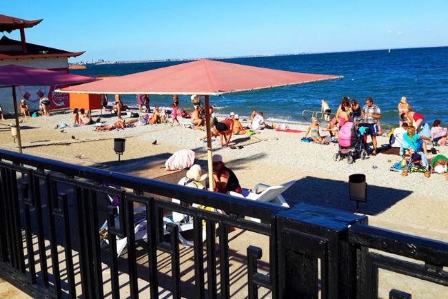 Крым Центральный галечный пляж в Феодосии. Набережная Фото. (5)