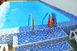 Гостевой однокомнатные дома в Феодосии с бассейном недалеко от моря 7-8 минут.