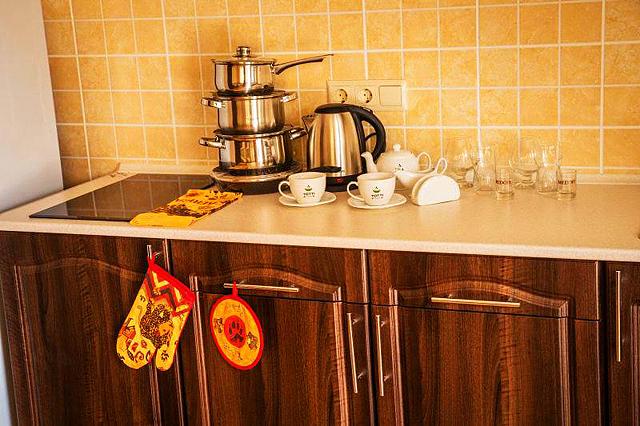 Гостиница в Феодосии рядом с морем в центре города. Кухня пасуда плита электрическая.