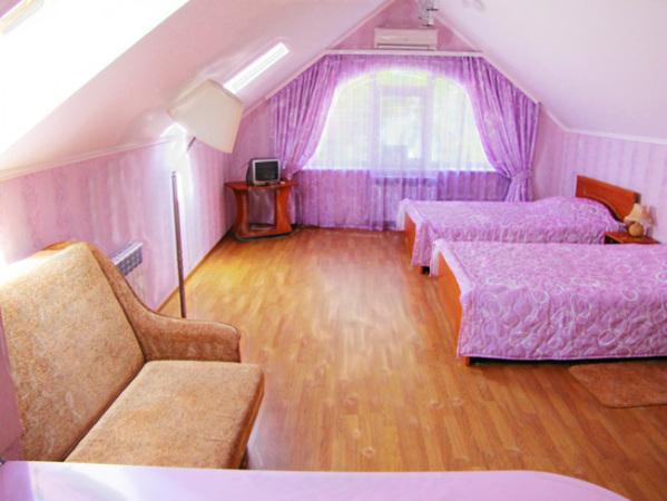 Гостевой дом в Феодосии в центре города. Однокомнатные трёхместные номера студия с кухней. Фото диван две кровати.