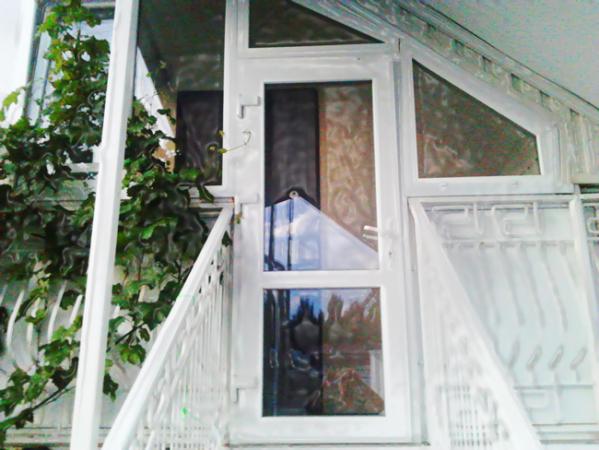 Гостевой дом в Феодосии в центре города. Однокомнатные трёхместные номера студия с кухней Мансарда. Фото входа.