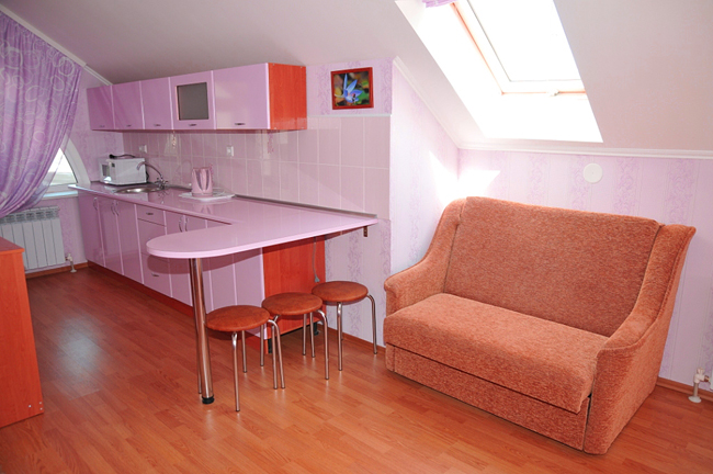 Гостевой дом в Феодосии в центре города. Однокомнатные трёхместные номера студия с кухней. (4)