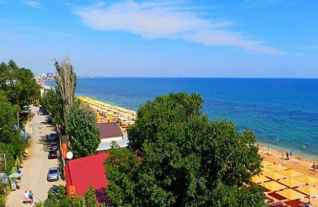 Феодосия вид из окон квартир на берегу моря жилого комплекса на черноморской набережной. Вид на море .