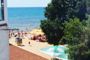 Феодосия вид из окон квартир на берегу моря жилого комплекса на черноморской набережной. Вид на море . (3)