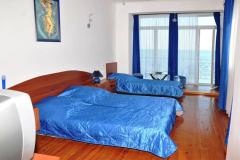 Фото трёхкомнатного эллинга в Феодосии Фото комнаты с балконом с видом на море на 3 человека