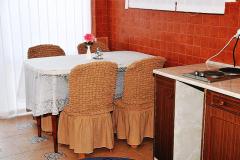 Фото трёхкомнатного эллинга в Феодосии Фото стола с стульями и выход во двор